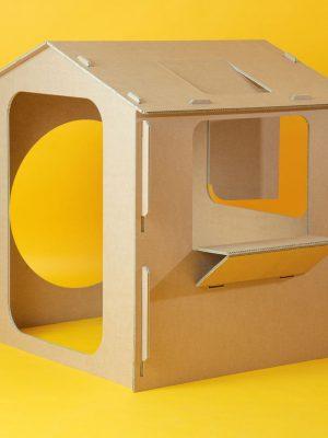 Cabaña de cartón con ventanas y puertas