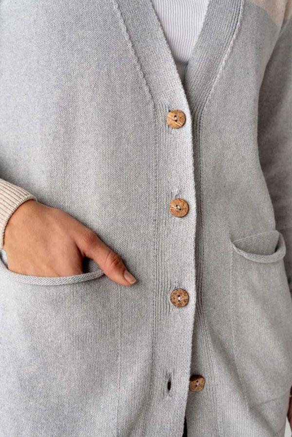 Chaqueta sostenible gris con botones de coco