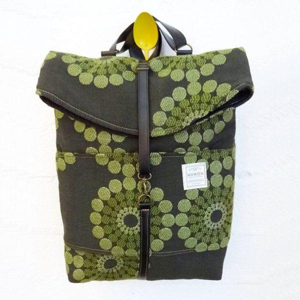 Mochila reciclada tela verde geométrica