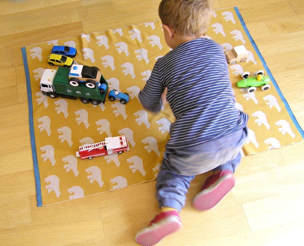 Bebé jugando sobre manta de lana merino