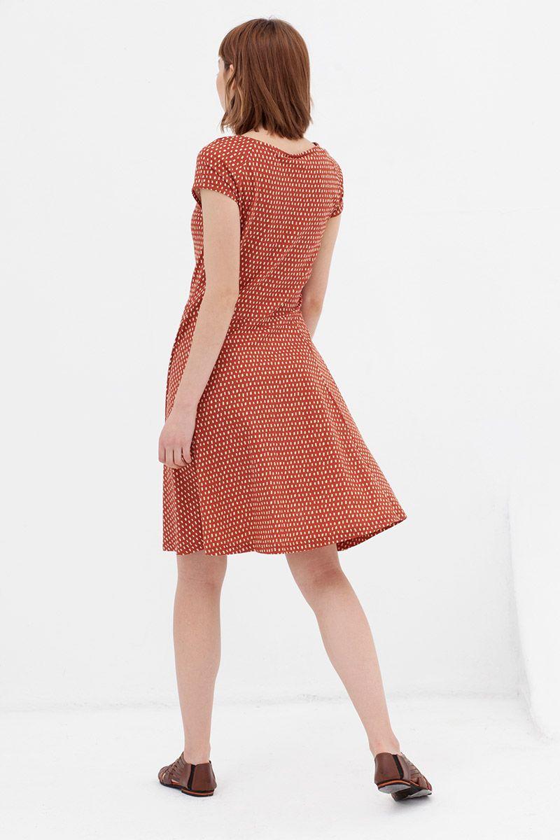 Vestido retro entallado de algodón orgánico color teja visto desde atrás