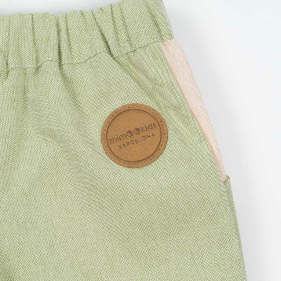 Pantalones cortos para niños de algodón reciclado color pistacho detalle logo Mimookids