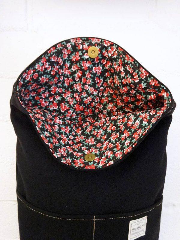 Interior de flores de mochila impermeable negra