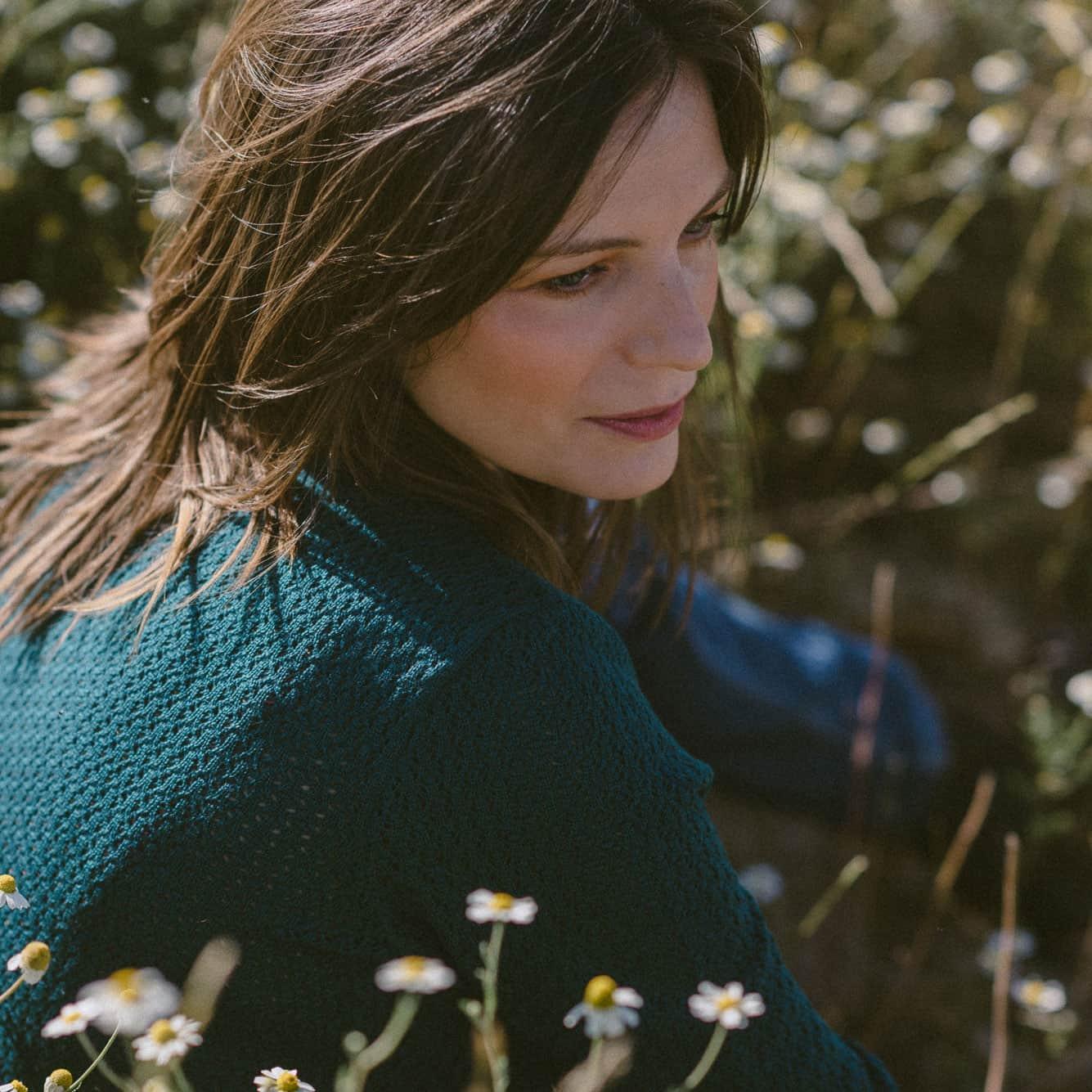 Detalle del punto de chaqueta de lana reversible verde