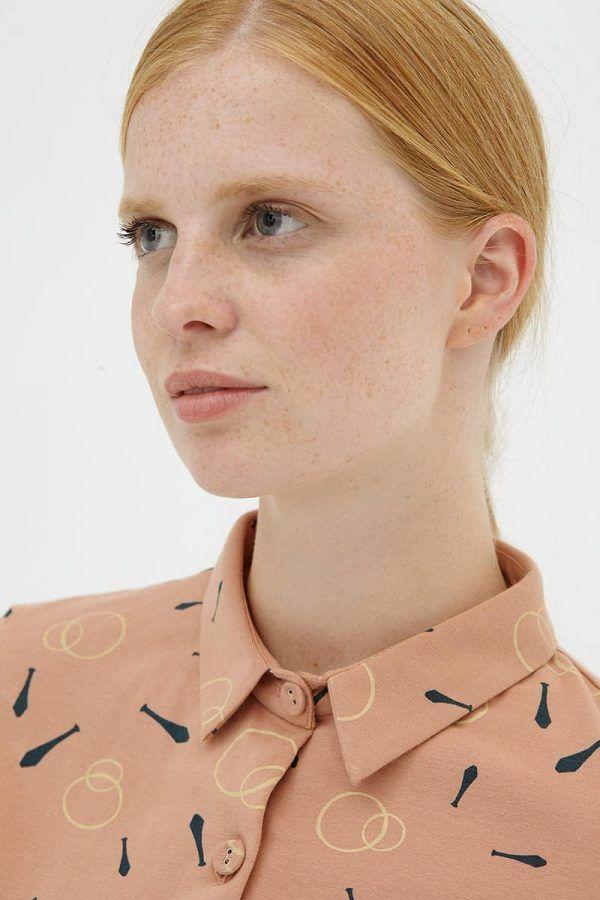 Detalle cuello vestido evasé camisero rosa de algodón orgánico
