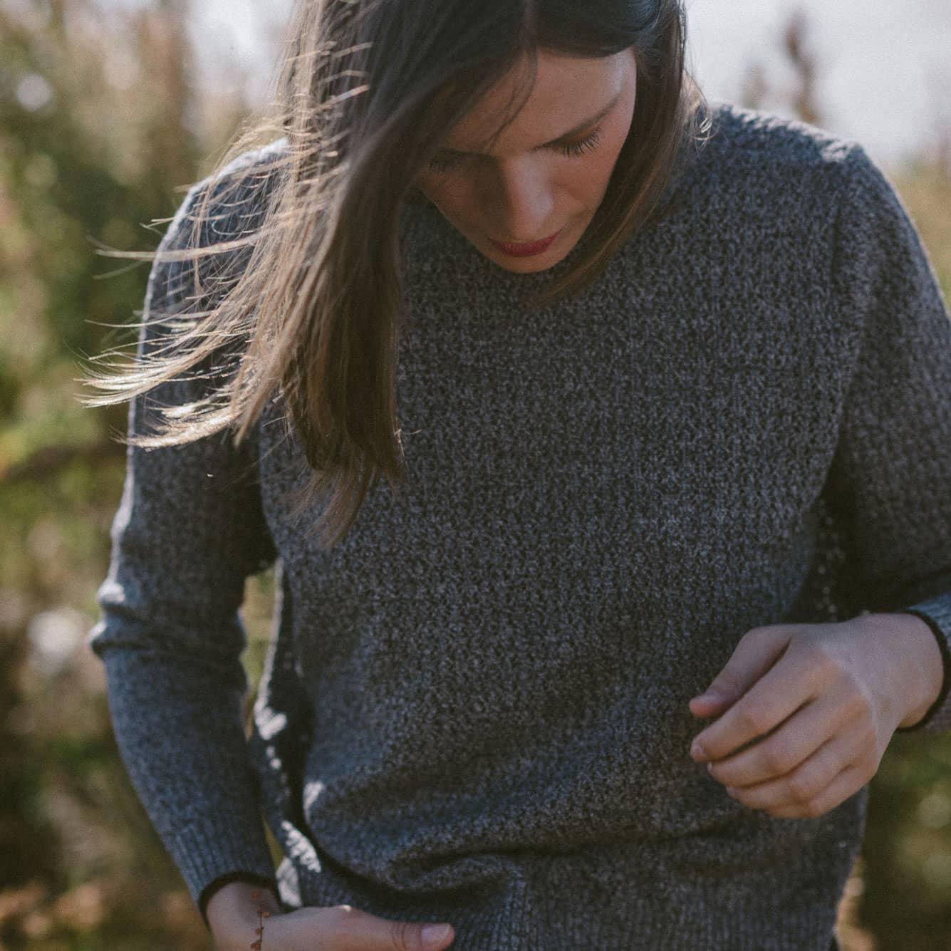 Detalle punto chaqueta reversible gris de lana