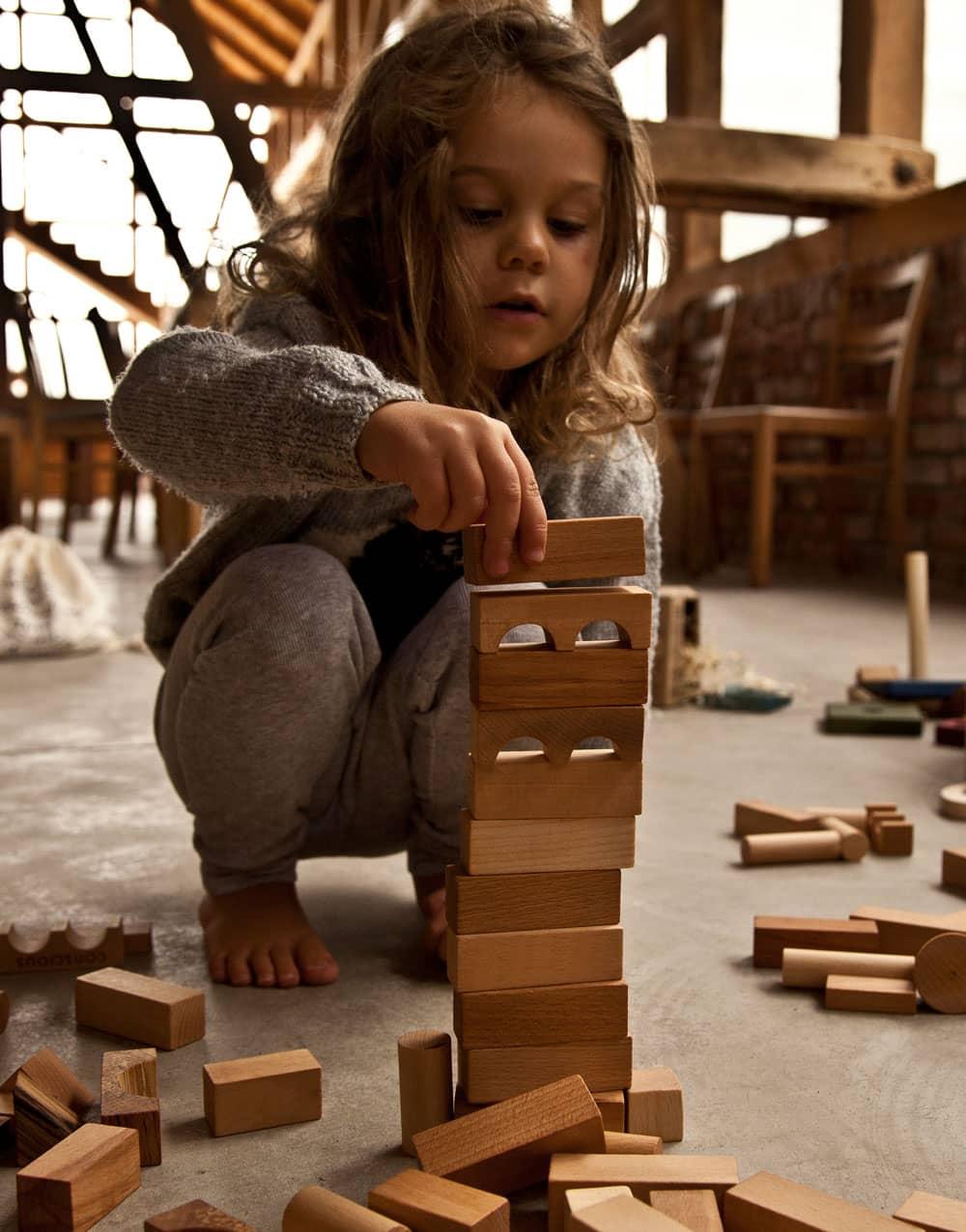 Torre con bloques de madera