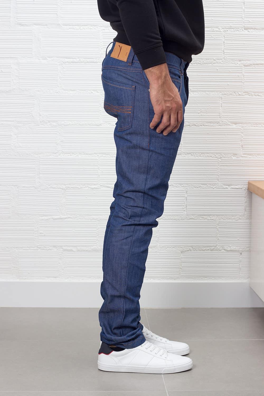 Vista perfil vaqueros slim fit hombre indigo de algodón orgánico