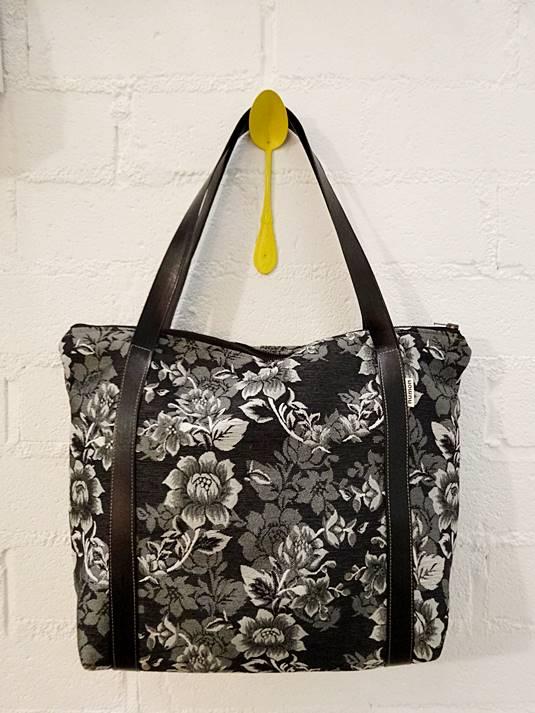 Bolso negro de flores de tejido reciclado