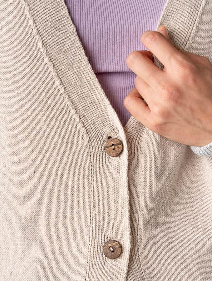 Detalle botones coco chaqueta algodón orgánico mujer