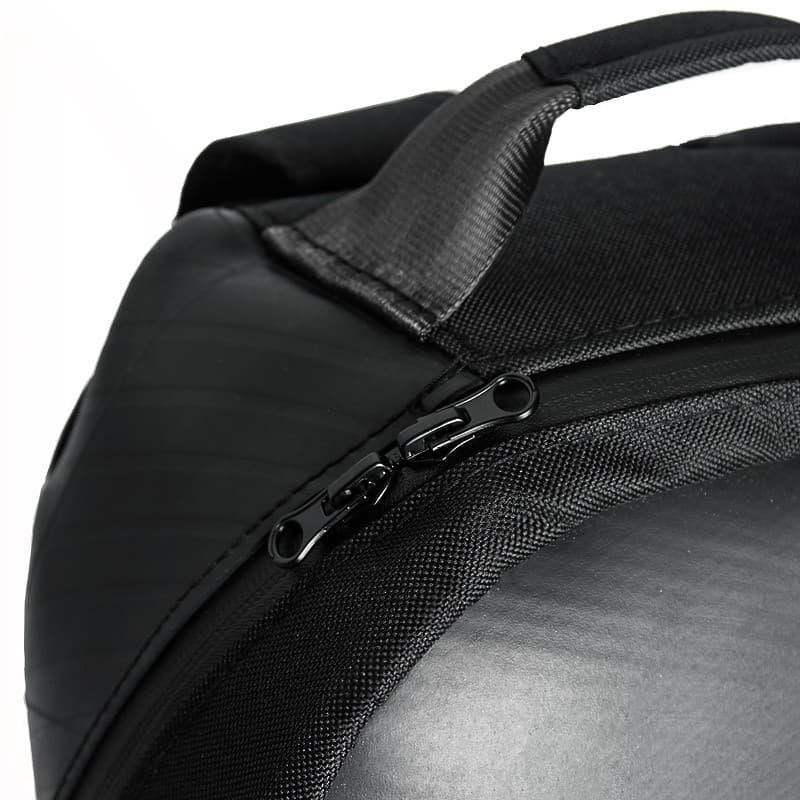 Detalle cremallera mochila sostenible negra