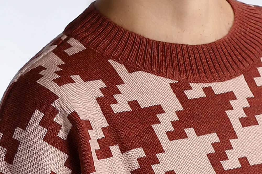 Detalle cuello jersey pata de gallo marrón