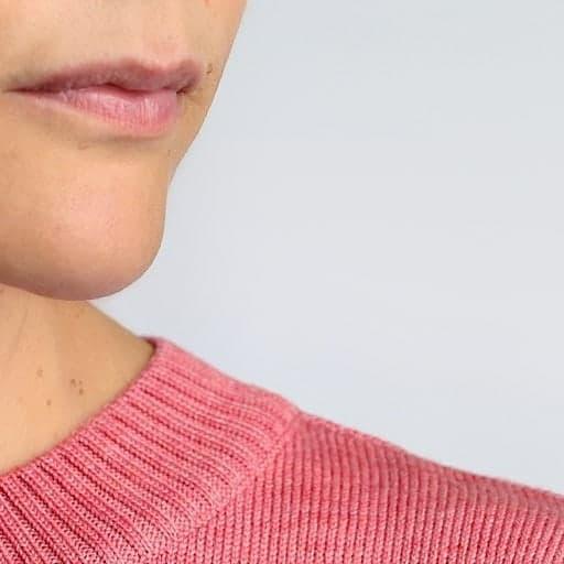 Detalle cuello jersey pata de gallo rosa