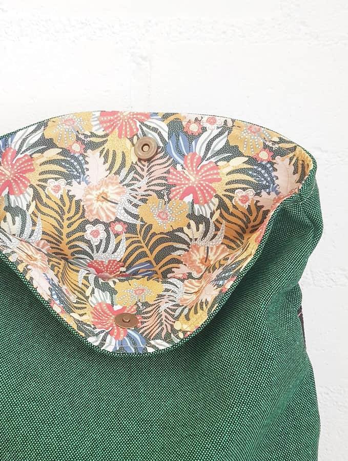 Interior flores mochila verde de tela reciclada con solapa