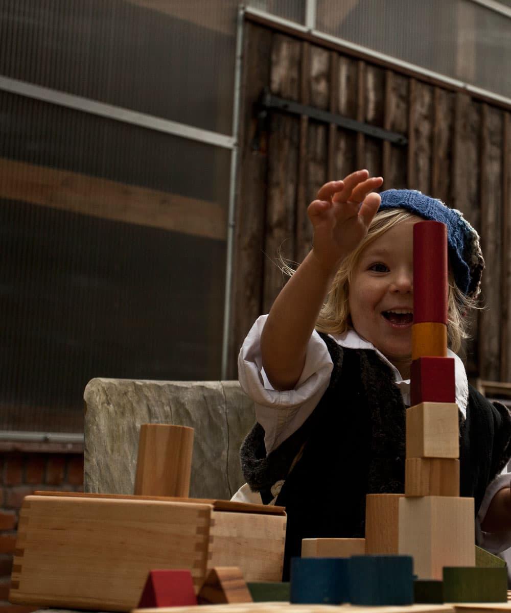 Juego de encajar piezas en caja de madera