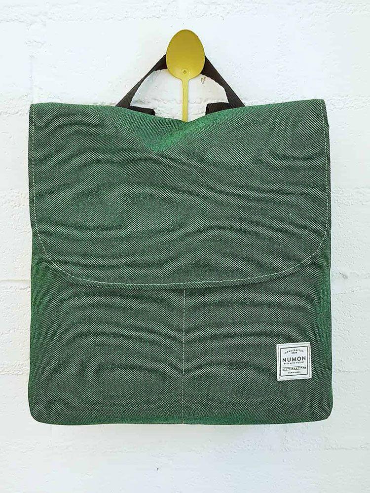 Mochila verde con solapa de tela reciclada