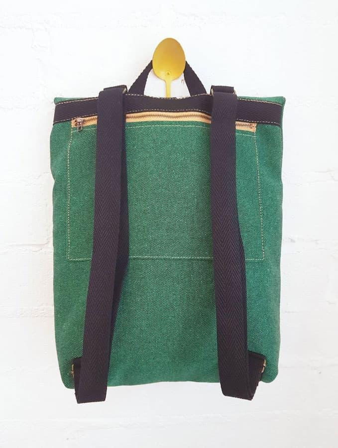 Vista trasera mochila verde solapa tela reciclada