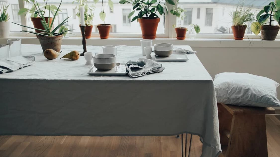 Mesa con mantel de tela