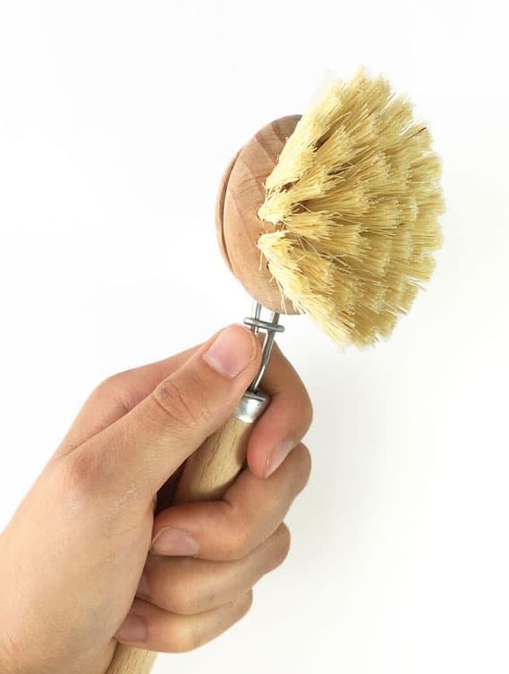 Detalle cepillo con mango friegaplatos