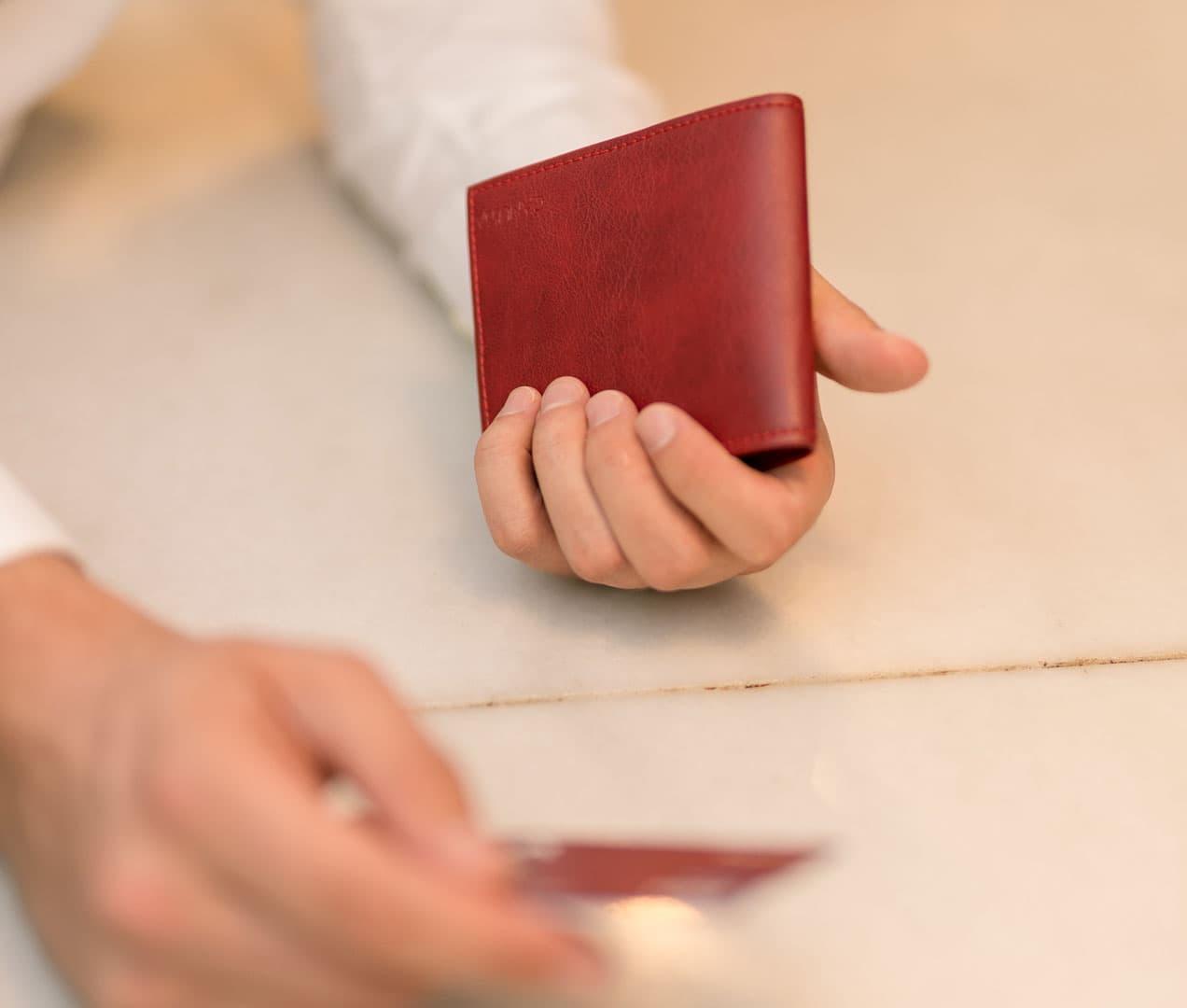 Pagando con cartera billetera roja