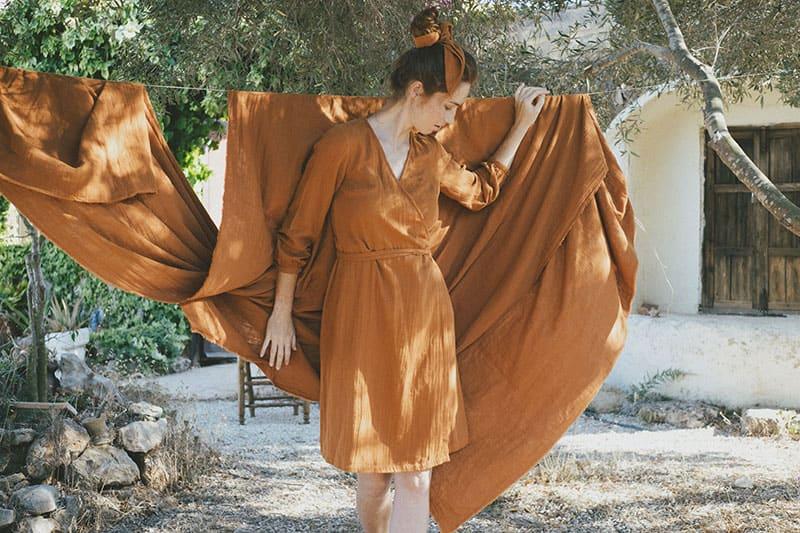 Ambiente vestido cruzado teja algodón orgánico tiralahilacha