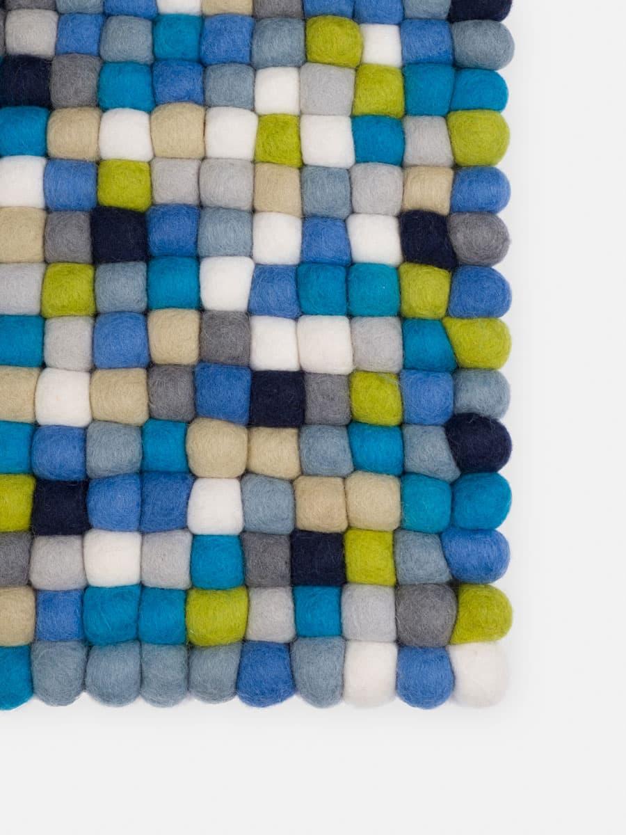 Detalle alfombra colores azul, verde, blanco
