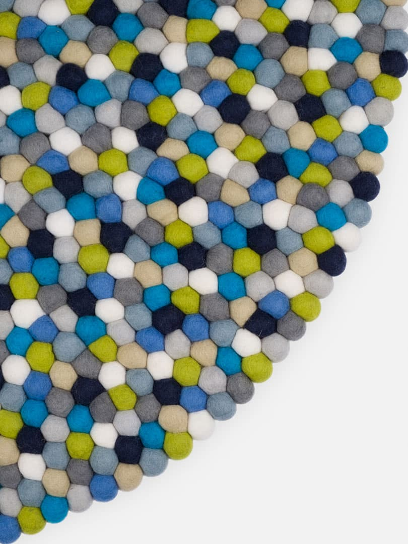 Detalle alfombra redonda bolas azul verde blanco