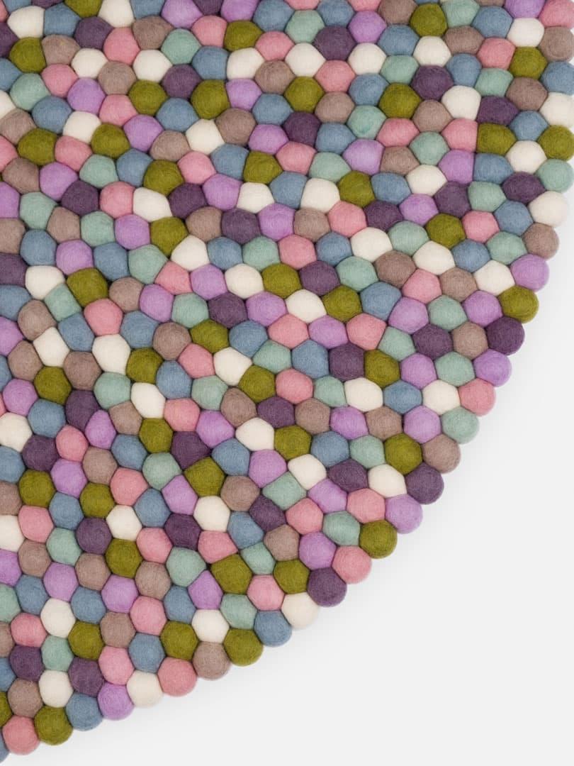 Detalle alfombra redonda bolas color pastel