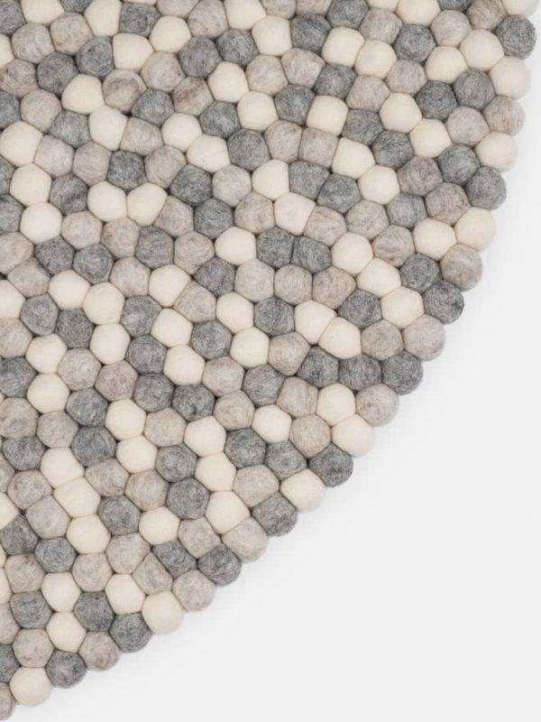 Detalle alfombra redonda bolas natural claro