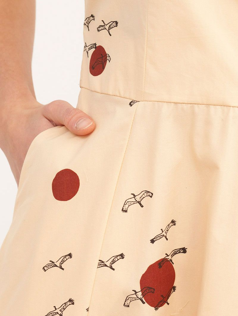 Detalle estampado pájaros vestido algodón orgánico beige