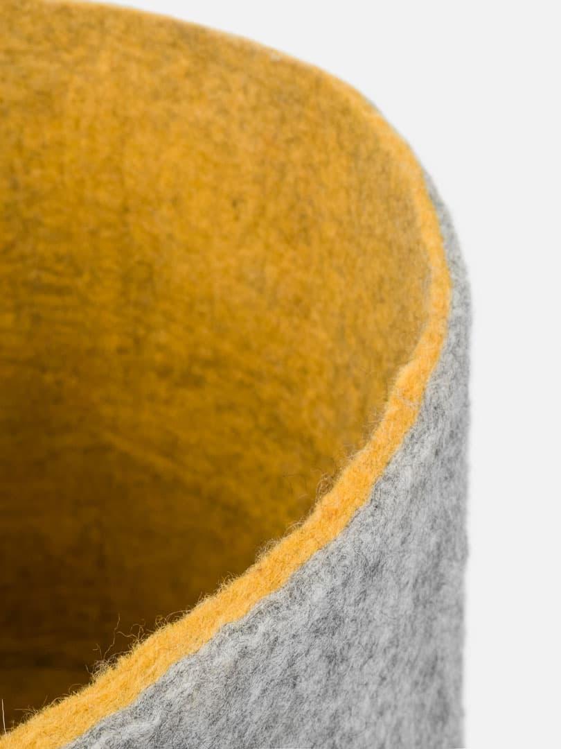Detalle interior cesta almacenaje de fieltro gris mostaza