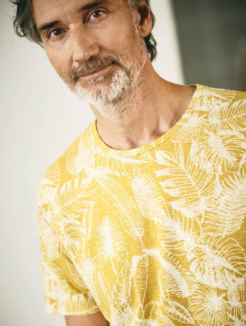 Estampado hojas camiseta ecológica mostaza hombre