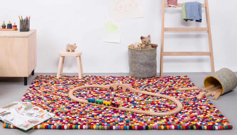Habitación infantil con alfombra colores rectangular de bolas fieltro