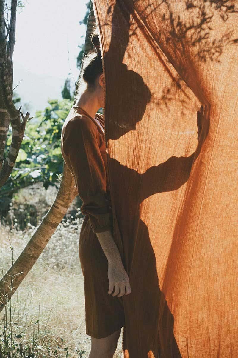 Mujer con vestido cruzado teja algodón orgánico