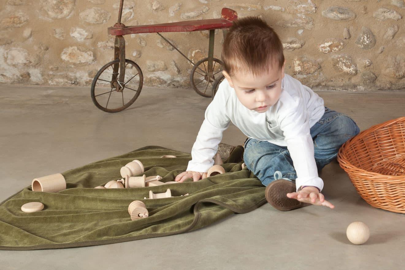 Niño jugando con cesto de los tesoros