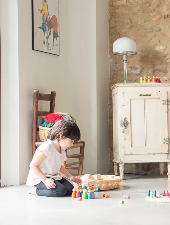 Niño jugando con Nins