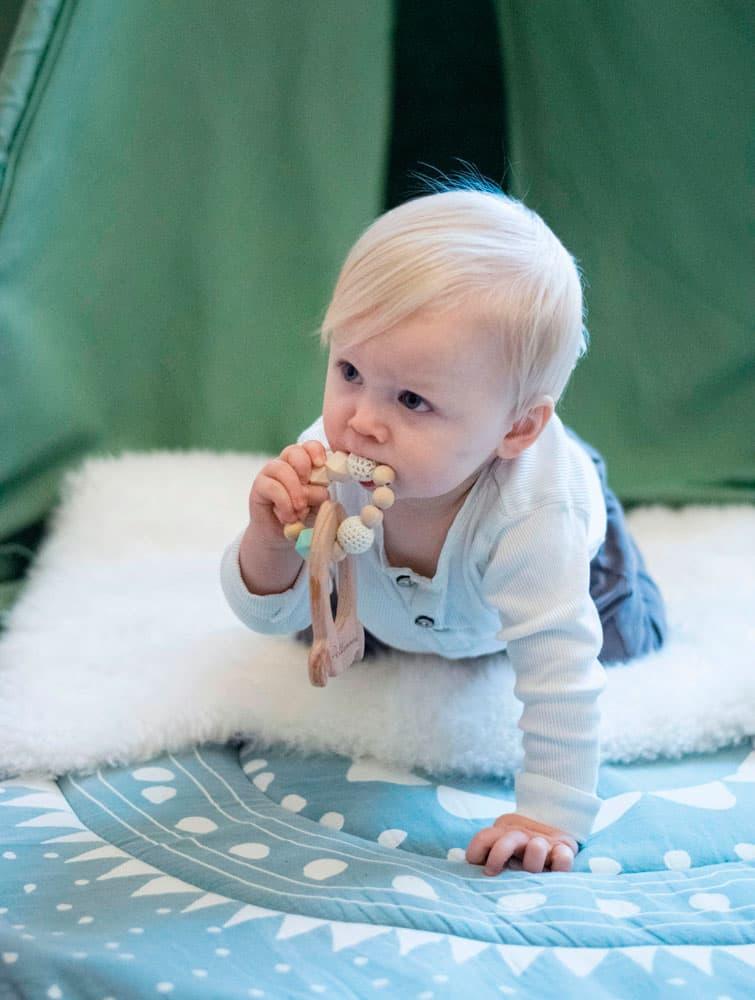 Bebé con mordedor madera