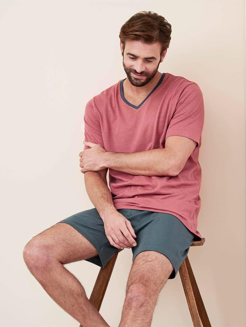 Hombre con pijama verano ecológico