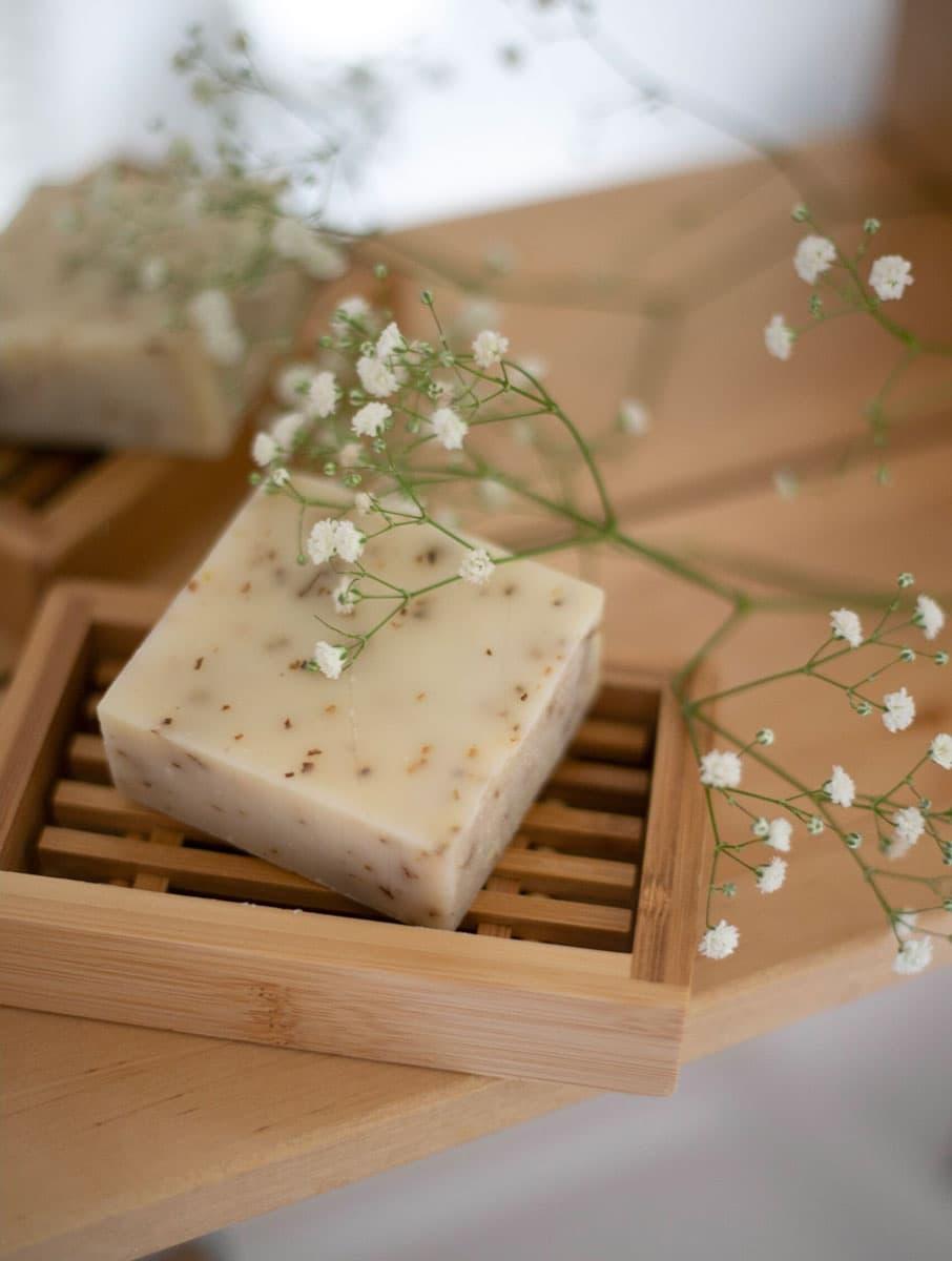 Jabonera de madera con jabón natural