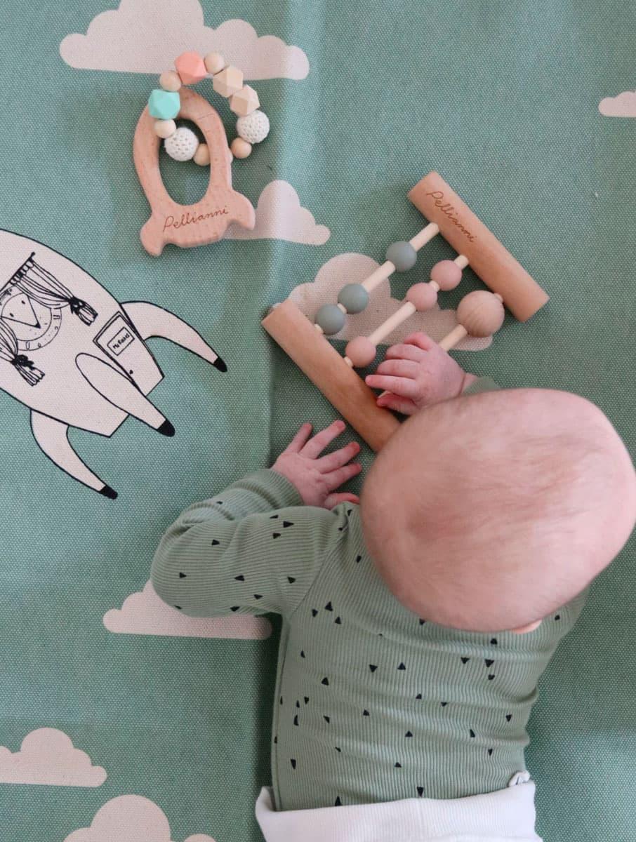 Niña jugando con ábaco