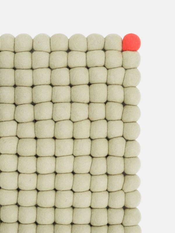 Detalle alfombra salón con punto rectangular verde beige