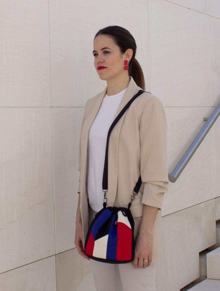 Mujer con bolso bombonera tejido upcycling