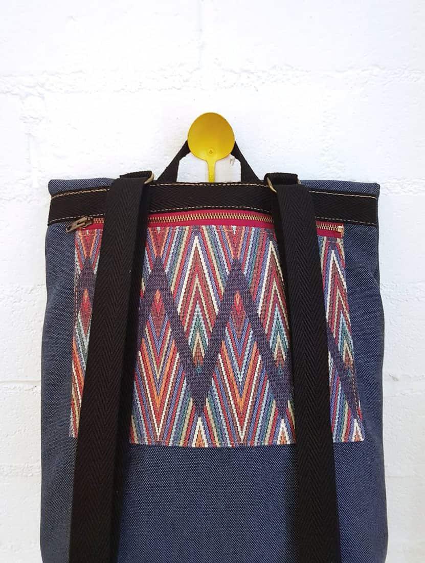 Parte trasera mochila reciclada con bolsillo zig-zag multicolor