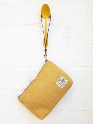 Bolso de mano amarillo de tapicería recuperada