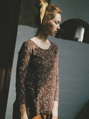 Camiseta marrón con bellotas de algodón orgánico