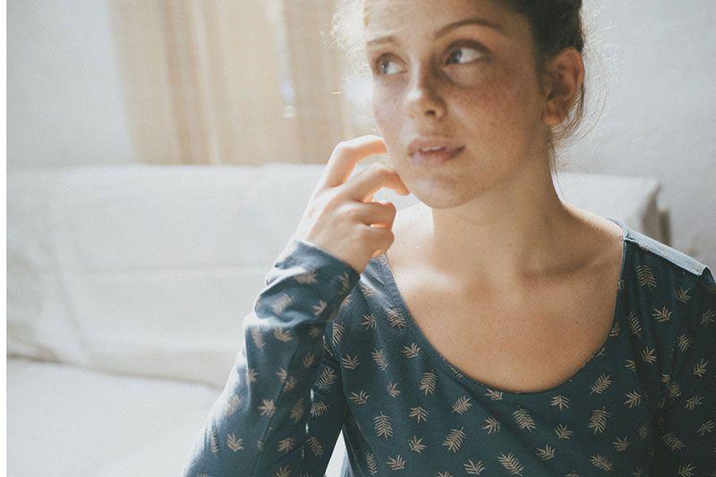 Camiseta sostenible mujer azul con helechos