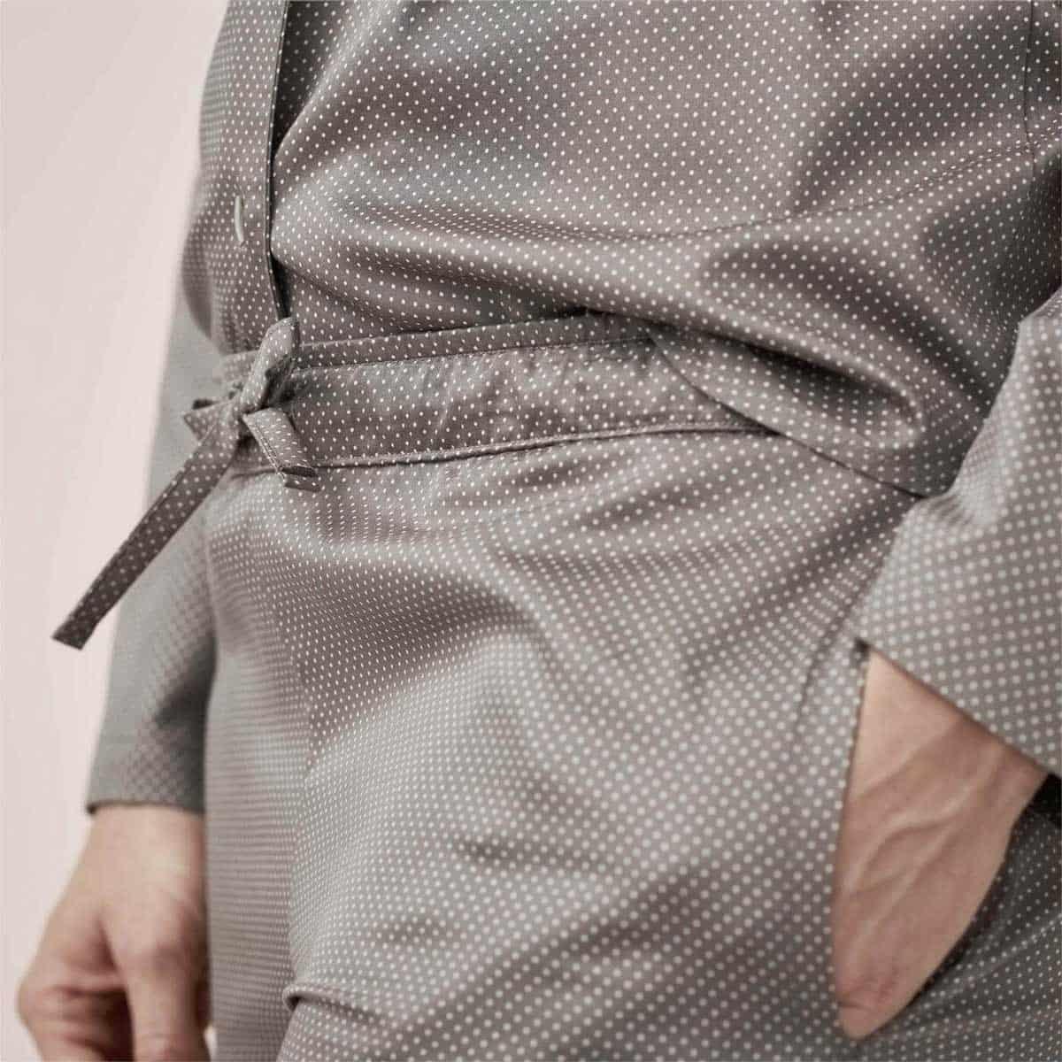 Detalle bolsillo y cintura con lazo pijama ecológico mujer