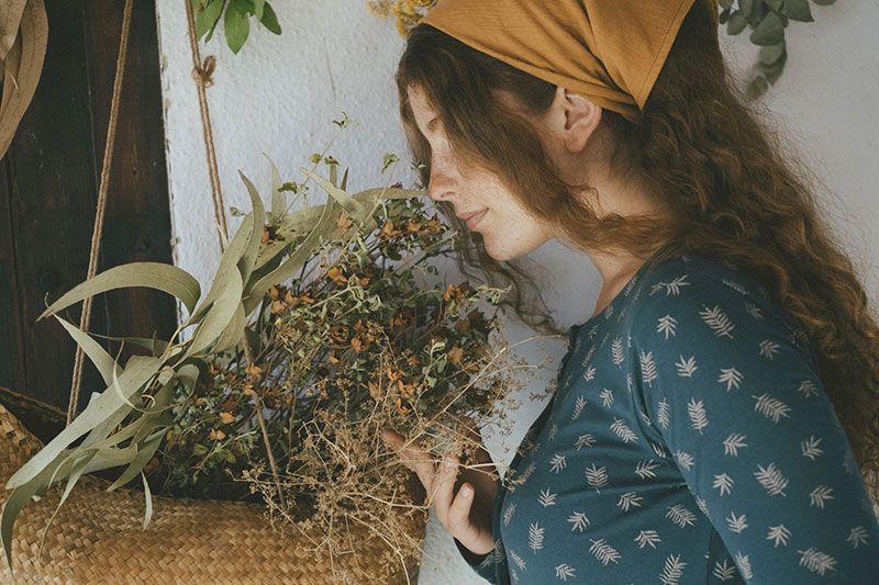 Detalle vestido ecológico cuello redondo azul con helechos