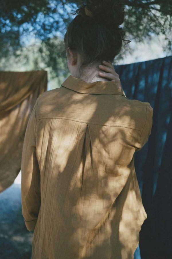 Espalda camisa mujer color mostaza de algodón orgánico