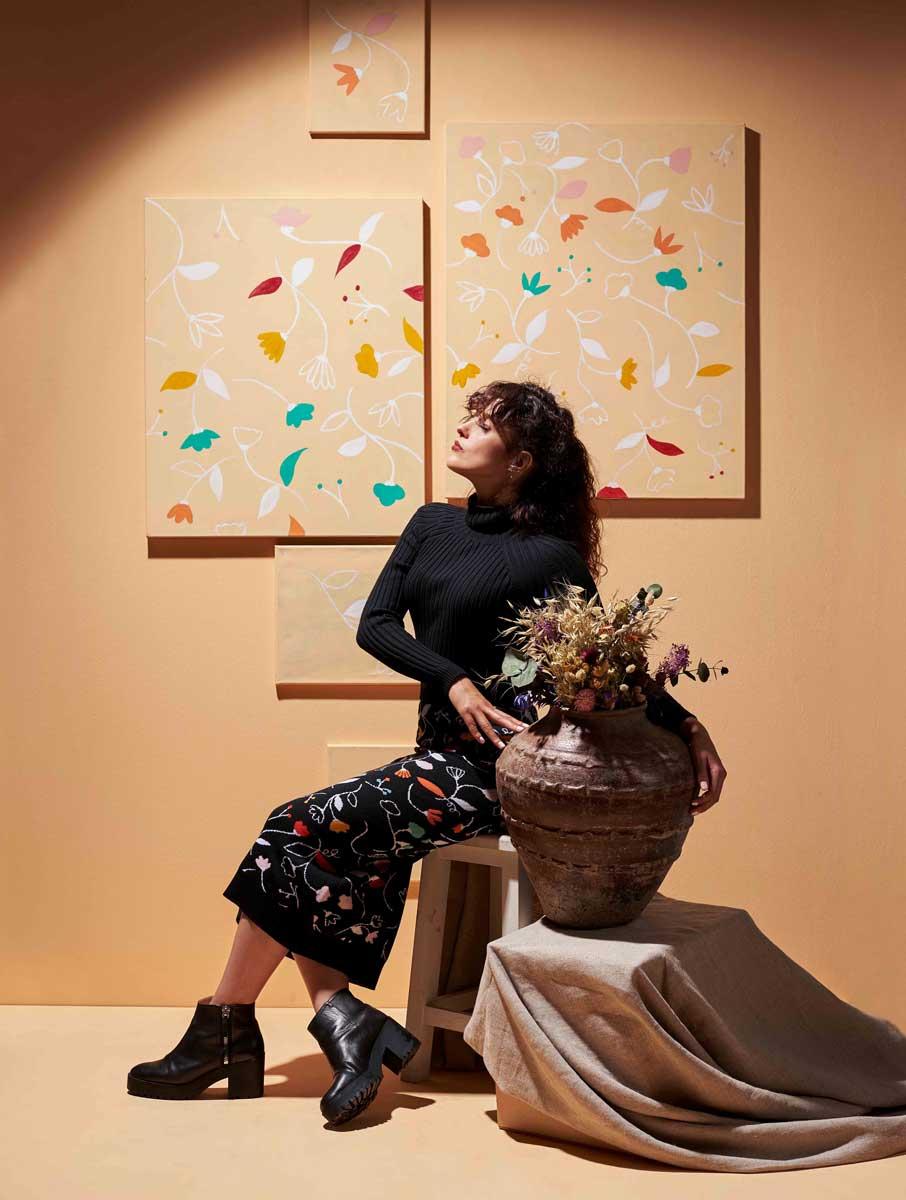 Falda de lana negra estampado flores multicolor goncharova